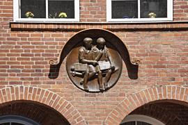 """""""Junge und Mädchen bei den Schulaufgaben"""" von Erich Prüßing an Stadtschule Travemünde"""