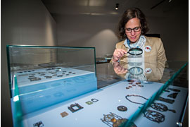 Europäische Hansemuseum #PIEHM - Direktorin Sternfeld untersucht die Tragezeichen der neuen Sonderausstellung © Olaf Malzahn