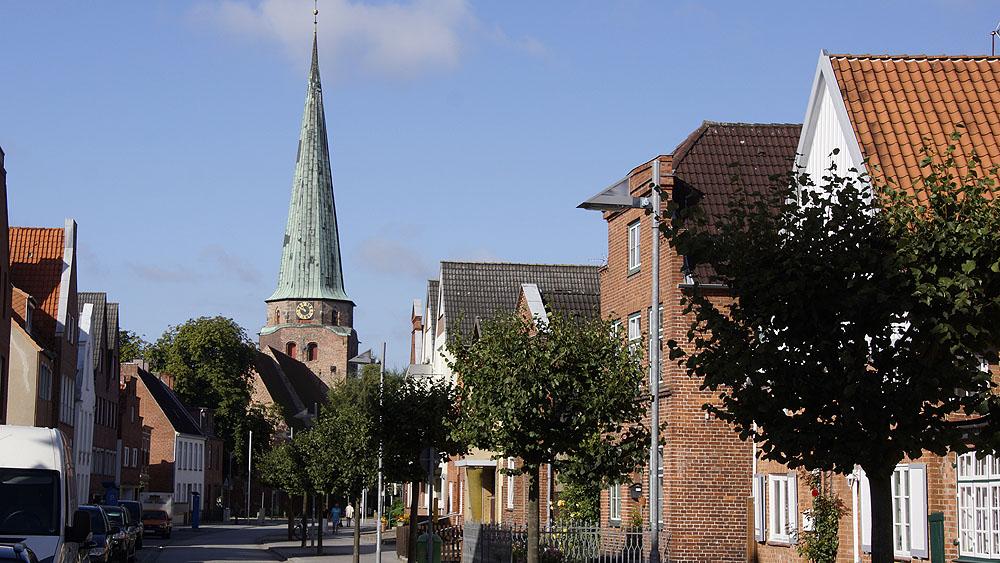 Kurgartenstraße und die St. Lorenz Kirche © TraveMedia