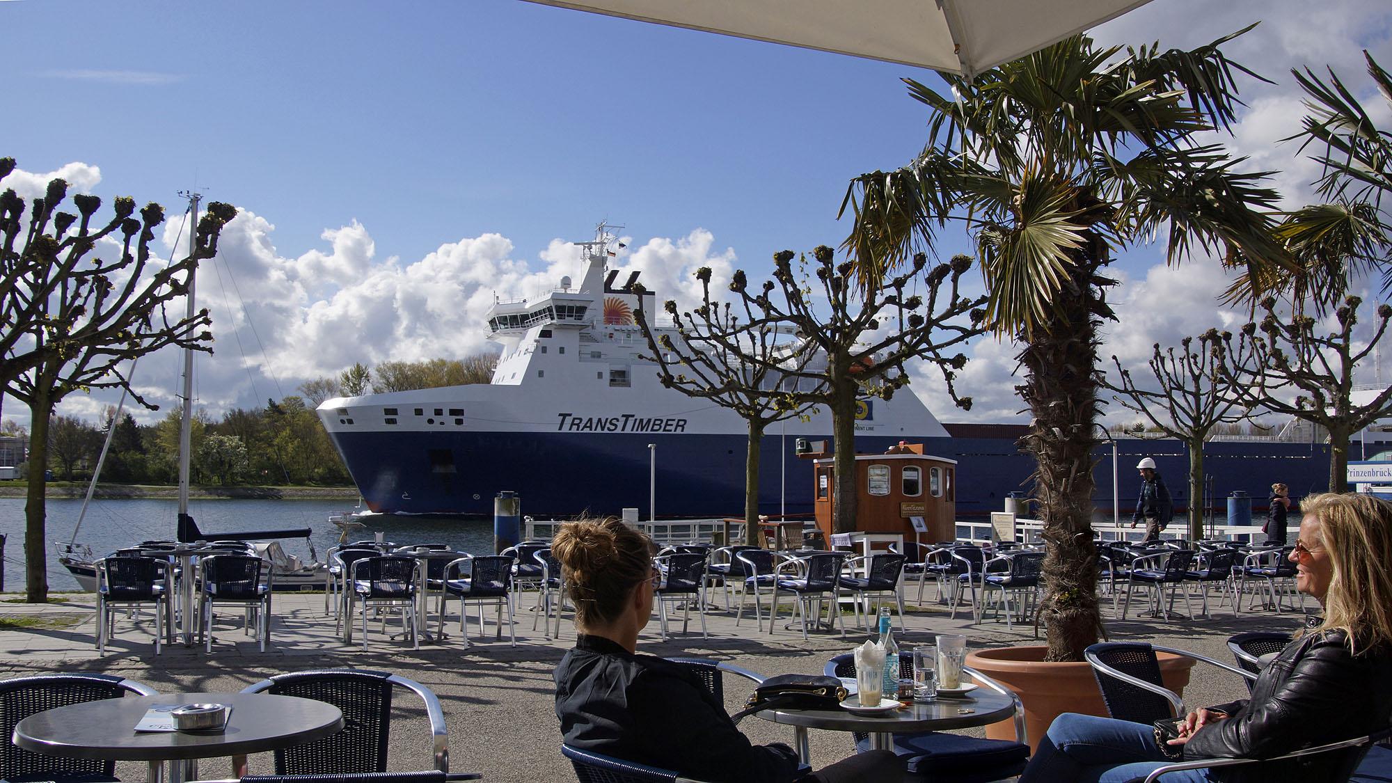 Schiff auf der Trave mit Blick von der Vorderreihe in Travemünde © TraveMedia