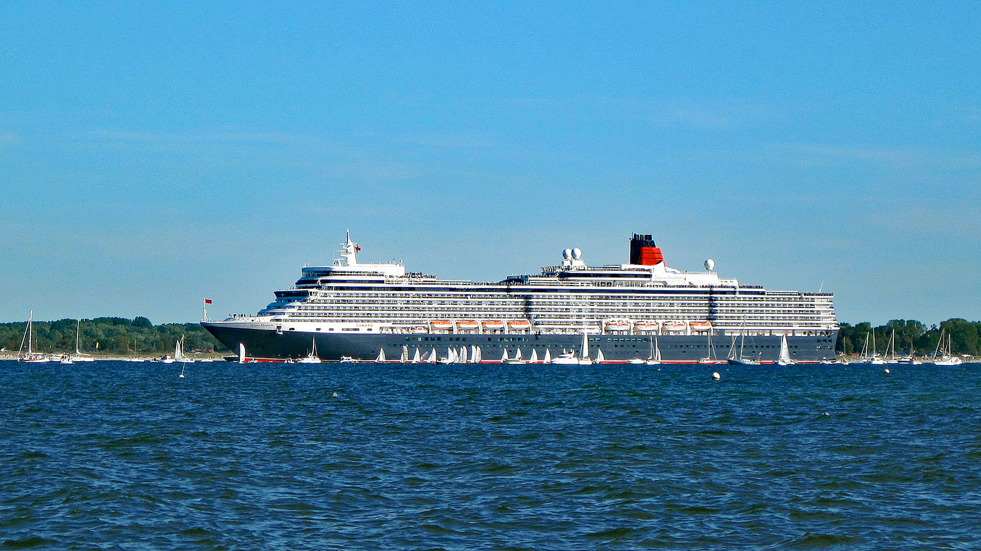 Die Queen Elizabeth am 04.069.2010 in Travemünde © TraveMedia