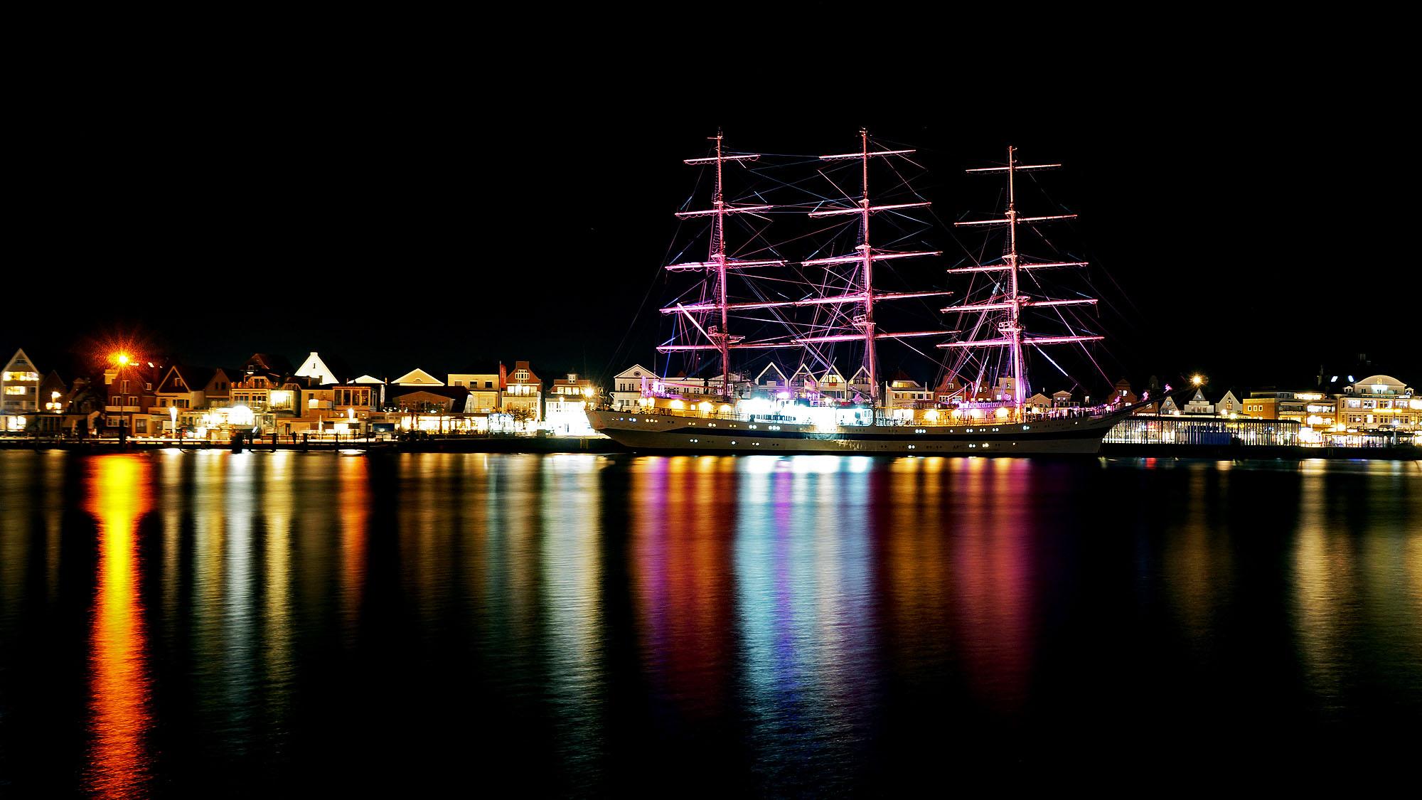 Das Segelschulschiff MIR am Kai in Travemünde bei Nacht