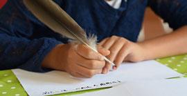 Schlosskinder schreiben mit Feder und Tinte © Schloss Eutin