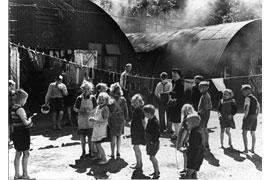 Flüchtlinge im Lager Pöppendorf 1947 © vintage germany, Foto Theodor Scheerer