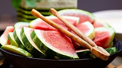 Schale mit Wassermelone by Christopher Tiess