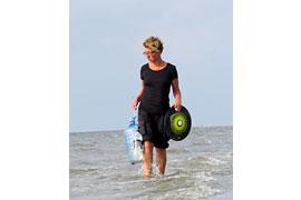 Jennifer Timmrott, geschäftsführende Vorsitzende des Vereins Küste gegen Plastik, beim Sammeln von Plastik am Strand. © Jennifer Timmrott