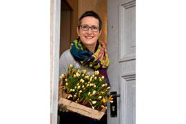 Shopleiterin Petra Döhring mit Frühlingsboten © Schloss Eutin