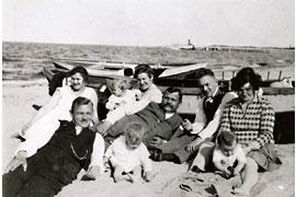 Familie Grass am Strand © Günter und Ute Grass Stiftung/ Steidl Verlag