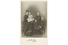 Julia Mann mit ihren Kindern Julia, Heinrich und Thomas © ETH-Bibliothek Zürich, Thomas-Mann-Archiv, Fotograf unbekannt