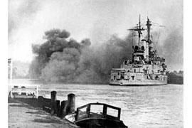 Die SMS Schleswig-Holstein beim Angriff auf die Danziger Westerplatte; © wiki commons