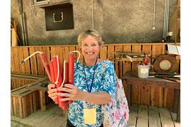 """Stadtführerin Susanne Funk erklärt den Besuchern unter anderem, wie aus einem Besenstiel im Handumdrehen jede Menge """"gefährliche"""" Dynamitstangen werden."""