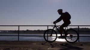 Radfahrer auf der Mole in Travemünde © TraveMedia