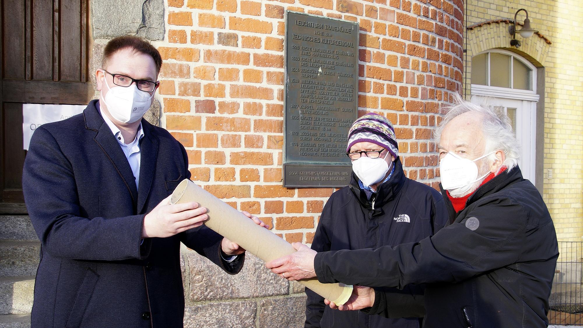Bürgermeister Jan Lindenau, Klaus Splieth und Jörn Wessel bei der Übergabe © TraveMedia