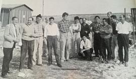 """spanische Gastarbeiter mit Dolmetscher © Werkszeitschrift """"Unser Schaffen"""" 1961 Heft 10"""