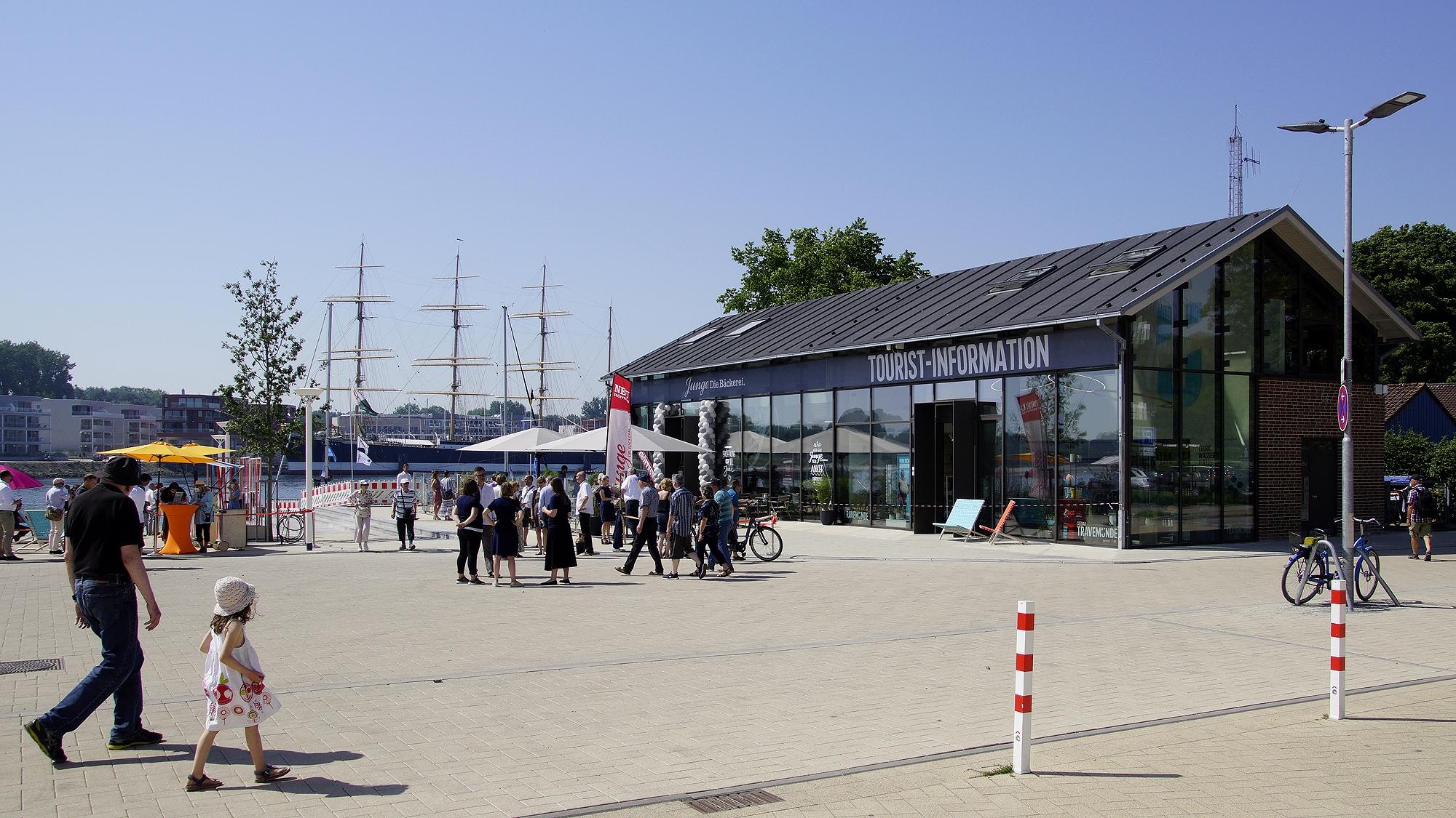 """""""Travemünder Tourist-Information"""" und Wiedereröffnung von """"Junge Die Bäckerei"""" © TraveMedia"""