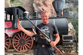 Lars Saggau mit Winnetous Silberbüchse und Westernlokomotive © Karl-May-Spiele/Michael Stamp